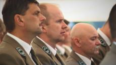 Trzech mężczyzn w mundurach lesników