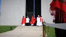Grupa księży przed budynkiem Mauzoleum. Wśród nich biskup dokonujący poświęcenia budynku