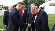 Andrzej Duda podaje rękę mężczyźnie, wita się z nim