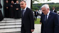 Andrzej Duda i Andrzej Bętkowski idą obok siebie. Obok grupa księży a za prezydentem ochrona