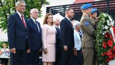 Grupa ludzi Andrzej Betkowski, Andrzej Duda, Agata Wojtyszek, mężczyźni w mundurach wojskowych trzymają biało czerwoną wiązankę
