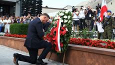 Andrzej Duda składa wiązankę kwiatów pod mogiłą spacyfikowanych w 1943 roku michniowian
