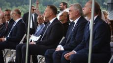 Na pierwszym planie Andrzej Duda i Andrzej Bętkowski oraz mężczyzna w niebieskim garniturze. W tle Jarosław Sellin i minister Wawrzyk