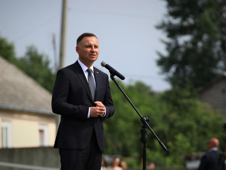 Prezydent Andrzej Duda stoi przed mikrofonem i przemawia