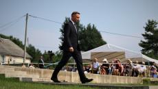 Andrzej Duda idzie w kierunku mogiły pomordowanych