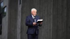 Do mikrofonu przemawia Andrzej Bętkowski