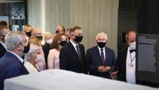 Andrzej Duda, Krzysztof Lipiec i inne osoby oglądają wystawę w budynku Mauzoleum
