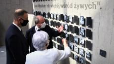 Andrzej Duda i Marianna Wikło oglądają wystawę. Na ścianie zawieszone zdjęcia pomordowanych i napis. Cytat, i nie widziałem ich więcej wśród żywych. Koniec cytatu