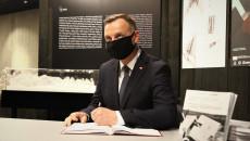 Andrzej Duda wpisuje się do księgi pamiątkowej