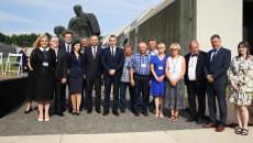 Andrzej Duda na zdjęciu zbiorowym z grupą ludzi