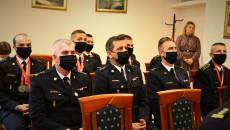 Strażacy siedzą na spotkaniu w sali konferencyjnej Świętokrzyskiego Urzędu Wojewódzkiego