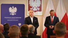 Marszałek województwa świętokrzyskiego Andrzej Bętkowski i wojewoda Zbigniew Koniusz przemawiają do strażaków