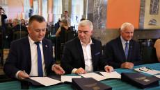 Marszałek Andrzej Bętkowski i członek Zarządu Województwa Marek Jońca przy stole podpisują umowy