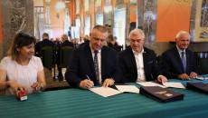 Marszałek Andrzej Bętkowski i członek Zarządu Województwa Marek Jońca przy stole podpisują umowę