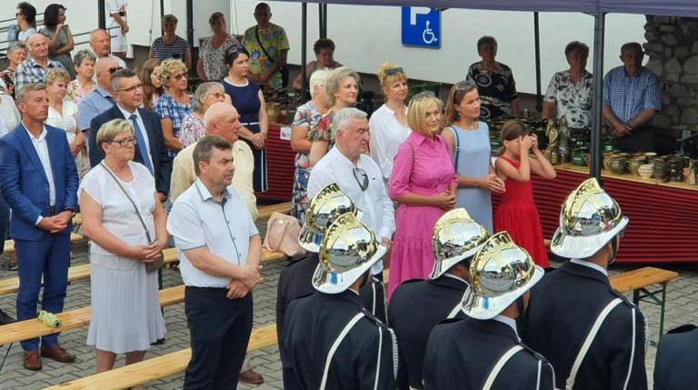 Grupa ludzi stoi pod gołym niebem. Wśród nich marszałek Andrzej Bętkowski i wicemarszałek Renata Janik