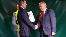 Redaktor naczelny Echa Dnia wręcza nagrodę Andrzejowi Bętkowskiemu, marszałkowi województwa