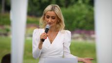 Anna Kucharczyk z mikrofonem podczas spotkania