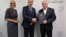 Burmistrzowi Daleszyc Dariuszowi Meresińskiemu gratulują Marszałek Andrzej Bętkowski oraz Wicemarszałek Renata Janik