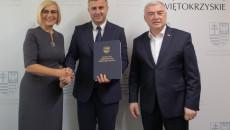 Burmistrz Daleszyc Dariusz Meresiński na pamiątkowej fotografii z wicemarszałek Renatą Janik i marszałkiem Andrzejem Bętkowskim