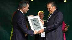 DyrektorWojewódzkiego Szpitala Specjalistycznego W Czerwonej Górze Youssef Sleiman odbiera okolicznościowy dyplom z rąk redaktora naczelnego Echa Dnia