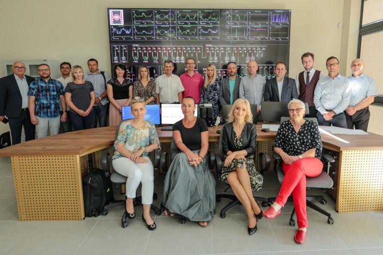 Zdjęcie grupowe uczestników projektu RESINDUSTRY w laboratorium Politechniki Świętokrzyskiej w Kielcach