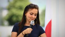 Na tle biało czerwonej Liliana Krężołek, koordynator projektu Keep On