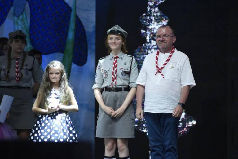 Wicemarszałek Marek Bogusławski pozuje do pamiątkowej fotografii z laureatkami Jodły