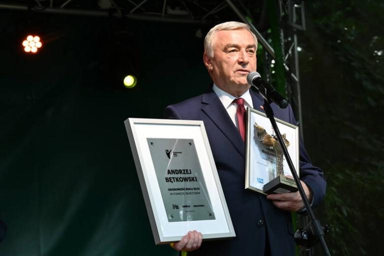 Marszałek Andrzej Bętkowski dziękuje za przyznaną nagrodę. W rękach trzyma okolicznościowy dyplom oraz statuetkę