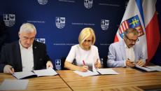 Marszałek Andrzej Bętkowski, Wicemarszałek Renata Janik I Wiceprezes Zarządu Zakładu Doskonalenia Zawodowego w Kielcach Dariusz Wątroba podpisują umowę