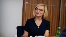 Renata Janik siedzi przy stole