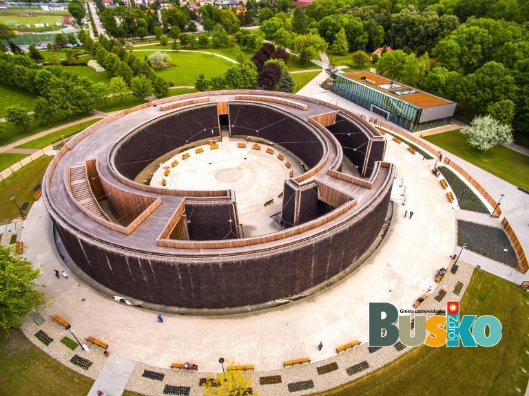 Tężnia w Busku Zdroju. Obiekt w kształcie okręgu o obwodzie aż 226 metrów, wysoki na 10 metrów, Widok z lotu ptaka