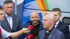 Członek zarządu Tomasz Jamka wsłuchuje się w głos przemawiającego do zgromadzonych dziennikarzy Ojca Superiora Mariana Puchały
