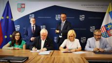 Uroczyste podpisanie umowy na dofinansowanie zakładu aktywności zawodowej w Chmielniku