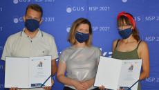 Dwójka laureatów konkursu na najaktywniejszego ambasadora spisu powszechnego z dyrektor Urzędu Statystycznego w Kielcach Agnieszką Piotrowską-Piątek pozuje do zdjęcia, trzymając w rękach pamiątkowe dyplomy
