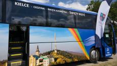 Autokar Promocyjny oklejony kolorowym zdjęciem przedstawiającym klasztor na Świętym Krzyżu
