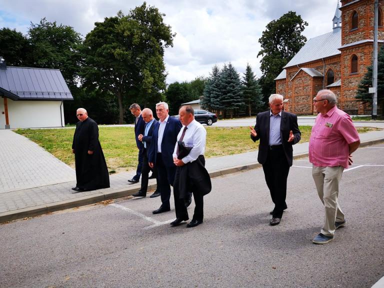 Marszałek Andrzej Bętkowski i Członek Zarządu Marek Jońca w grupie mężczyzn idących po drodze w Baćkowicach