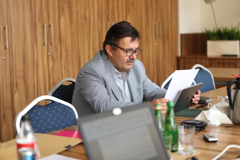 Przewodniczący Komisji Zdrowia Waldemar Wrona przegląda dokumenty