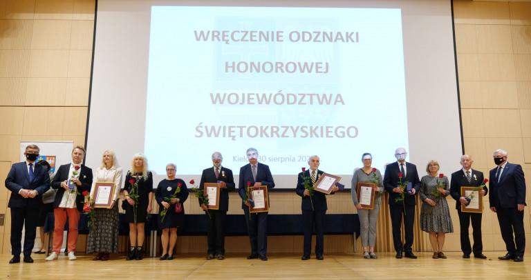 Wszyscy Uhonorowani Nagrodą Stoją Na Scenie, Koło Nich Andrzej Pruś I Andrzej Bętkowski