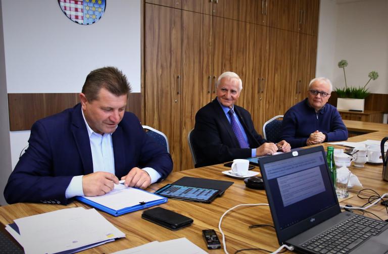 Członkowie Komisji W Ciemnych Garnitutach Obradują Nad Sprawami Rolnictwa