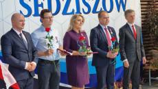 Wicewojewoda Rafał Nowak i burmistrz Wacław Szarek stoją z nagrodzonymi samorządowcami
