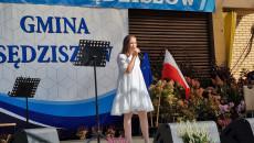 Solistka z Centrum Kultury w Sędziszowie śpiewa piosenkę dla gości
