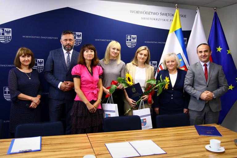 Członek Zarządu Województwa Świętokrzyskiego Tomasz Jamka w otoczeniu nauczycieli