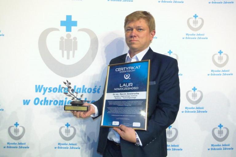 Dyrektor Marcin Zawierucha Trzyma W Dłoniach Certyfikat Laur Nowoczesności