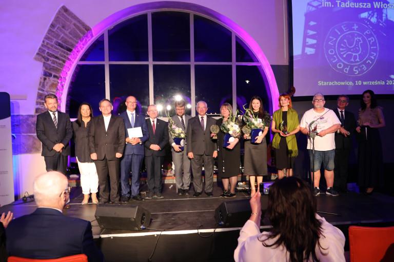 Uczestnicy gali nagrody Włoszka pozują na scenie do wspólnego zdjęcia