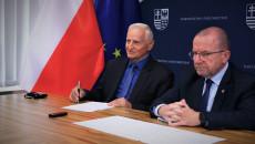 Marek Jońca I Marek Bogusławski Siedzą Za Stołem W Sali Urzędu Marszałkowskiego