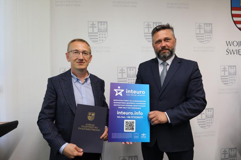 Na Zdjęciu Od Lewej Krzysztof Kalita Oraz Tomasz Jamka Prezentują Broszurę Informacyjną