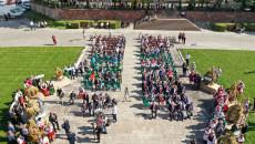 goście uroczystości dożynkowych na Placu Zamkowym w Kielcach widok z drona