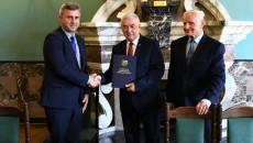 Marszałek Gratuluje Burmistrzowi Daleszyc