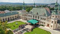plac przed Muzeum Narodowym w Kielcach początek uroczystości dożynkowych
