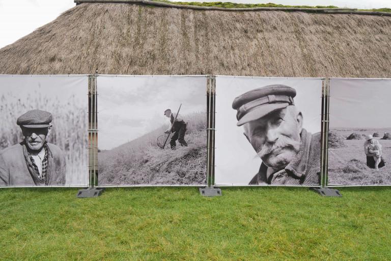 portrety dawnych mieszkańców wsi i praca w polu na biało-czarnych zdjęciach